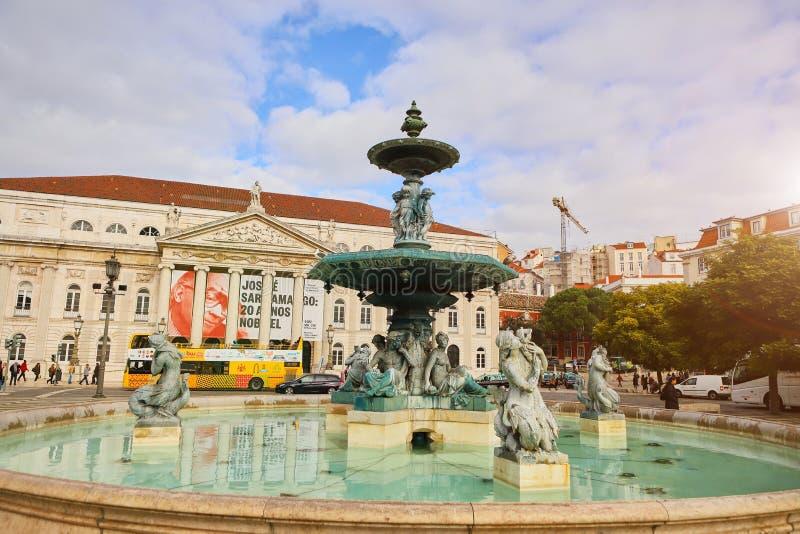 里斯本,葡萄牙– December12,2018年:唐佩德罗壮观的巴洛克式的喷泉和雕象IV在Praca唐佩德罗IV或Rossio 图库摄影