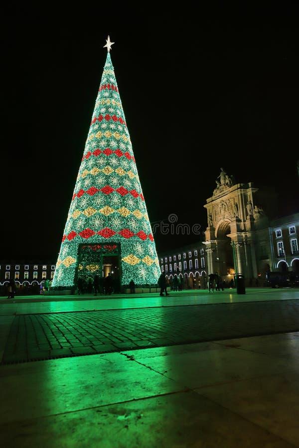 里斯本,葡萄牙– December12,2018年:在商务正方形普拉布蒂的圣诞树在晚上在里斯本,葡萄牙 免版税图库摄影