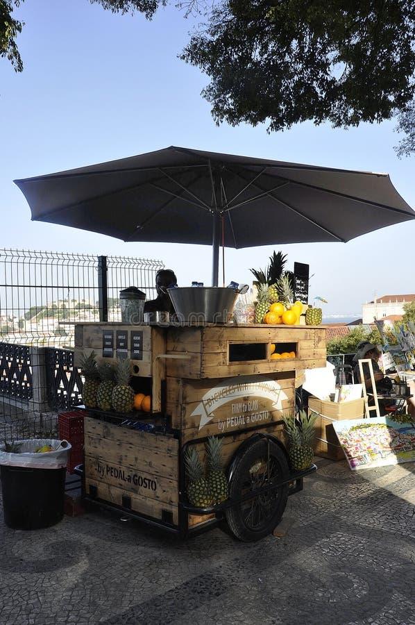 里斯本,7月14日:Miradouro Alcantara酒店的果汁摊位位于里斯本的希亚多区 免版税库存照片