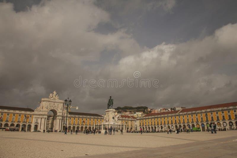 里斯本-在黄色正方形的多云天空 免版税库存照片