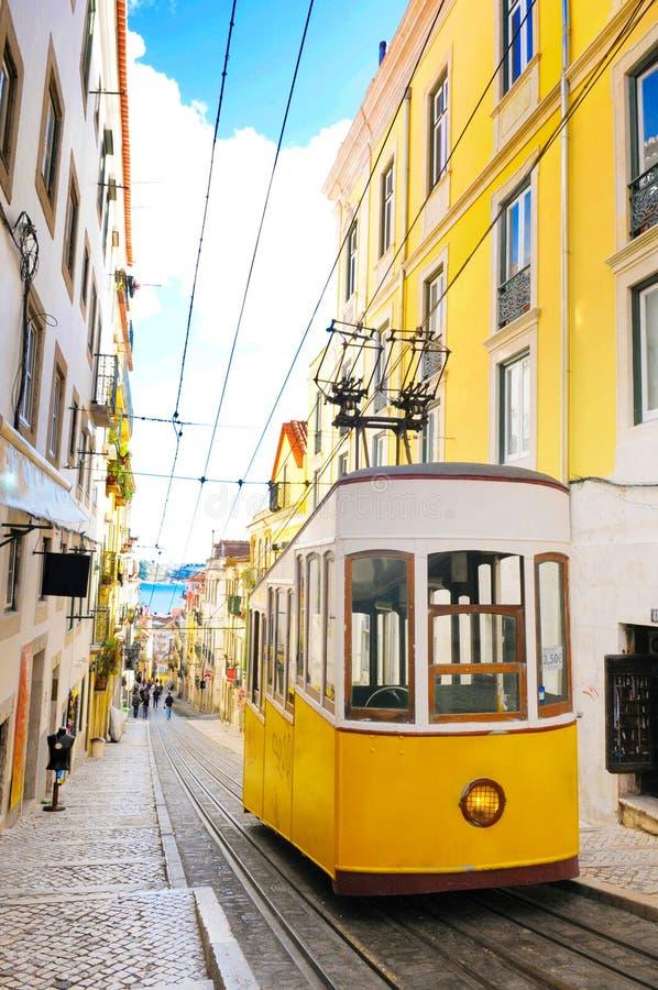 里斯本Bica缆车,典型的黄色电车,旅行葡萄牙 库存照片