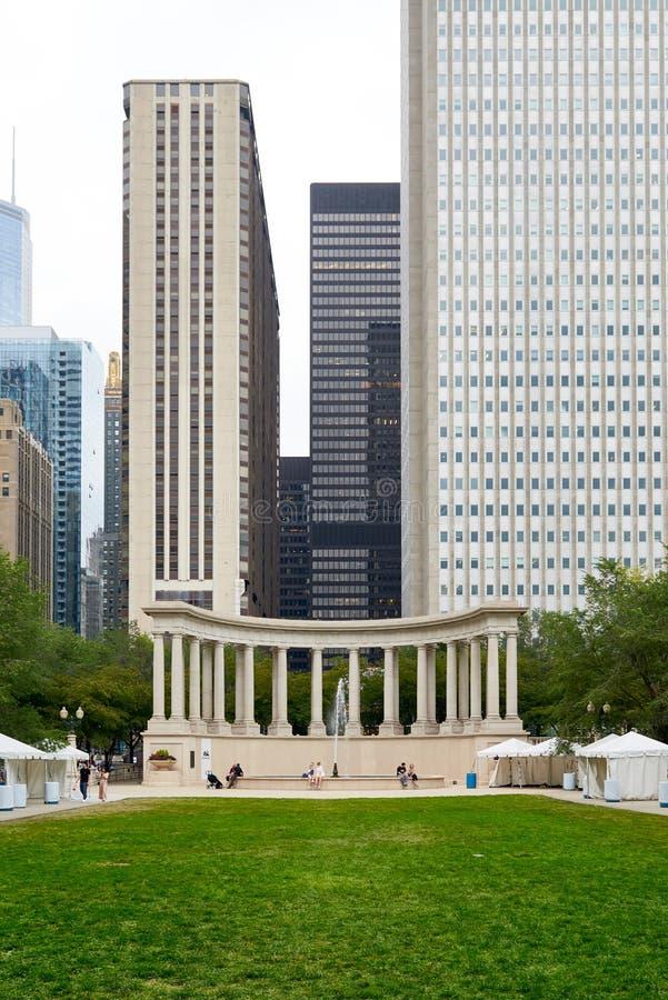 里格利广场和千年纪念碑在芝加哥 免版税库存图片