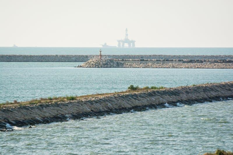 里海在有石油平台的伊朗在背景中 库存照片
