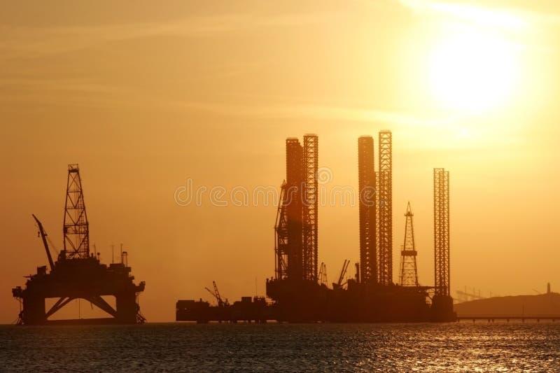 里海抽油装置海运 免版税库存图片