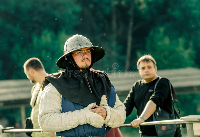 里特WEG, MOROZOVO, 2017年4月:欧洲中古的节日 骑士在想法失去在争斗前去 免版税库存图片
