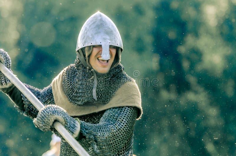 里特WEG, MOROZOVO, 2017年4月:骑士在与一支矛的攻击去在他的手上 强有力的骑士攻击重的 免版税库存图片