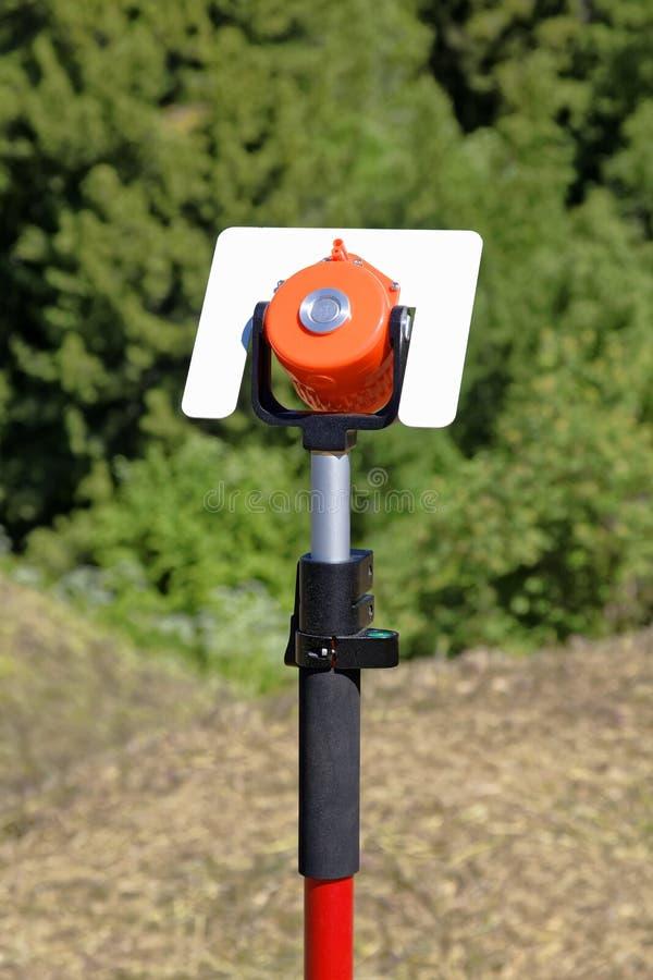 里程碑大地测量学与反射器登上了用途户外 库存照片