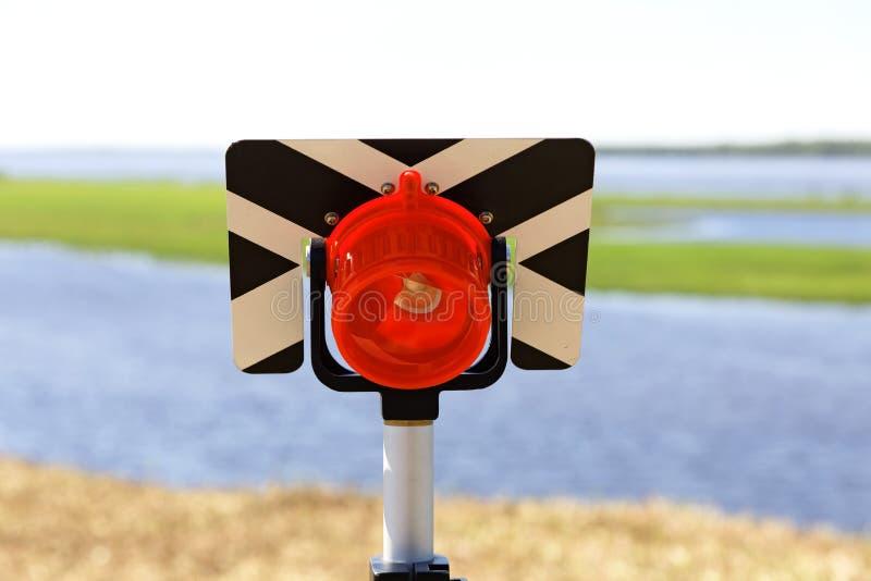 里程碑大地测量学与在河岸安装的反射器 免版税库存图片