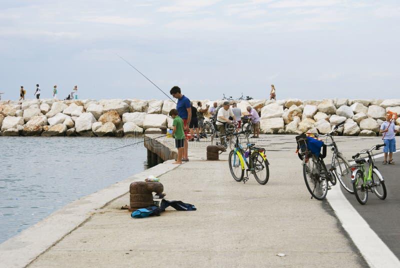 里米尼的居民和游人在晚上放松由海 免版税库存图片