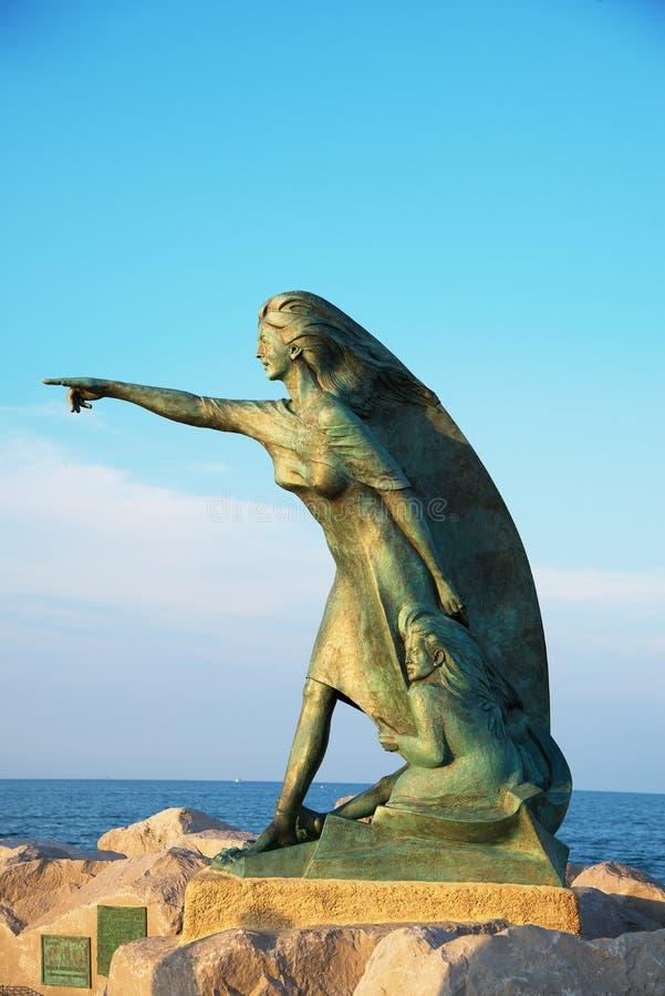 里米尼,意大利- 2017年6月24日 对等候稀土的妇女的纪念碑 库存照片