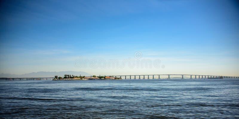 里约尼泰罗伊桥梁的看法,横渡的瓜纳巴拉海湾,巴西 免版税库存照片