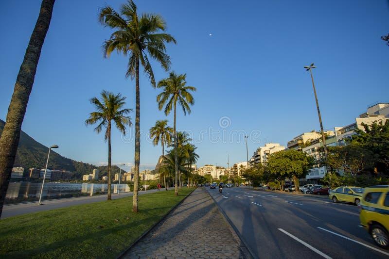 里约热内卢、巴西、埃皮塔西奥・达席尔瓦・佩索阿大道和罗德里戈de弗雷塔斯盐水湖城市 库存照片