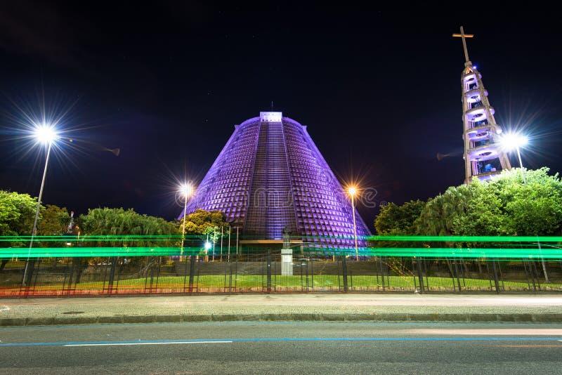 里约热内卢大教堂在晚上 库存图片