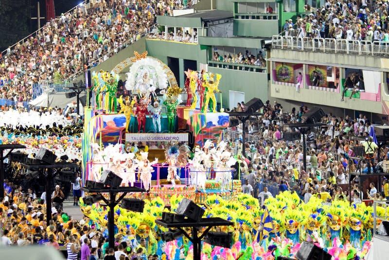 里约热内卢- 2月10 :显示与在狂欢节的装饰 库存照片