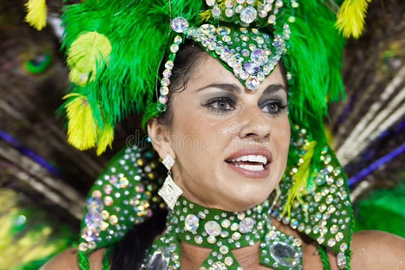 里约热内卢- 2月10 : 服装跳舞的一名妇女在石标 库存照片