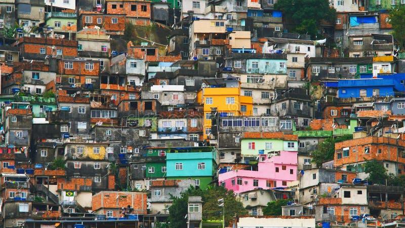 里约` s Rocinha favela鸟瞰图,在一个晴朗的下午 免版税库存照片