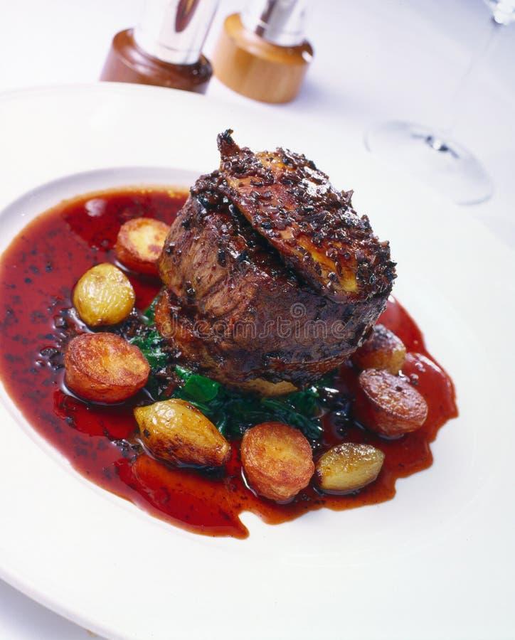 里脊肉牛排用红葡萄酒 库存图片