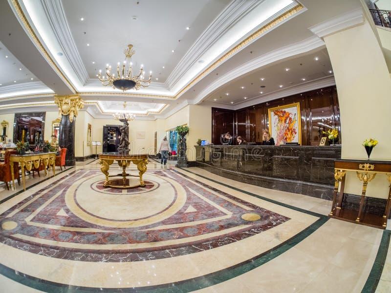里茨卡尔顿旅馆大厅和总台在莫斯科,俄罗斯 免版税库存照片