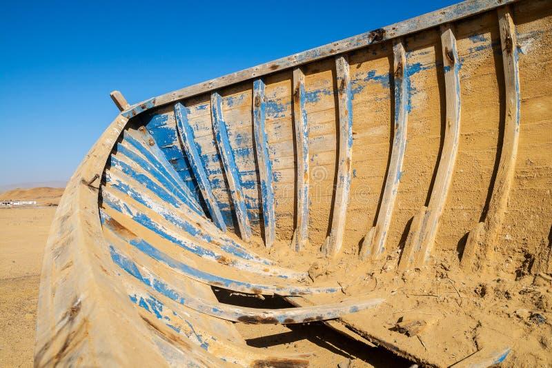 里面一个木小船失事船只在沙漠 免版税库存照片