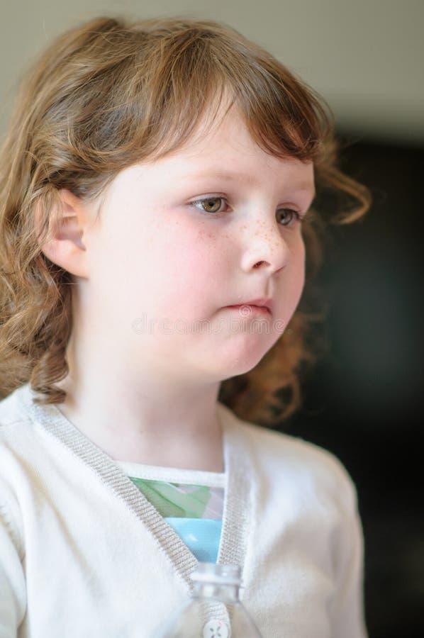 里面一个逗人喜爱的小女孩的画象 免版税图库摄影