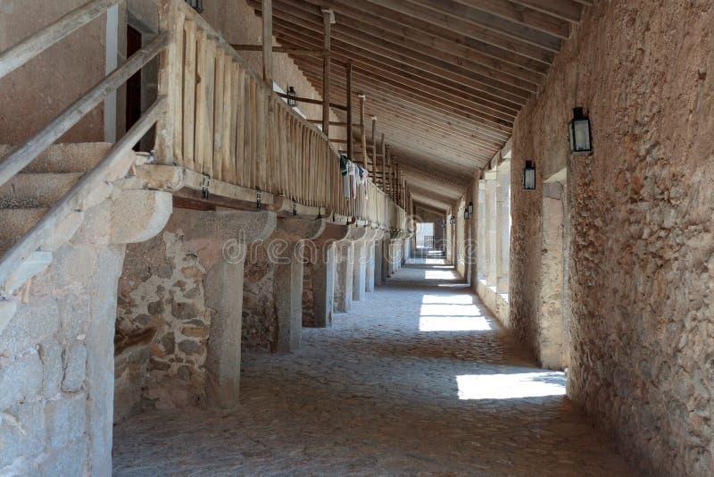 里面中世纪修道院的看法 免版税库存照片