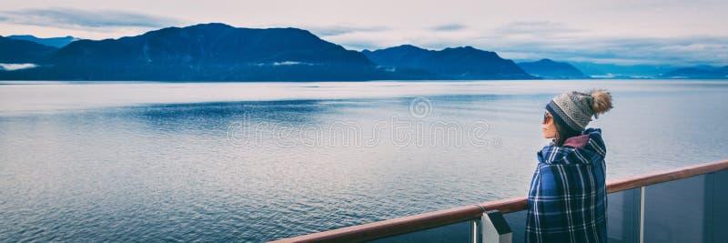 里面在阳台甲板享用的段落风景风景背景阿拉斯加巡航旅行豪华假期妇女横幅全景  免版税库存照片