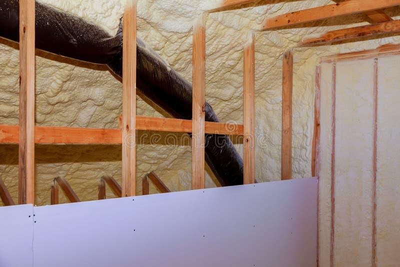 里面墙壁绝缘材料在木房子里,修造建设中 免版税库存照片