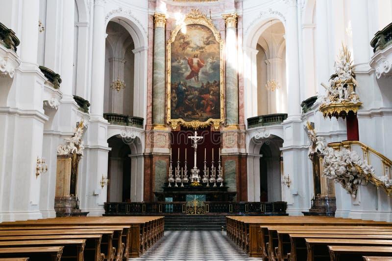 里面德累斯顿大教堂Katholische宫廷教堂教会在德累斯顿,德国 免版税库存照片