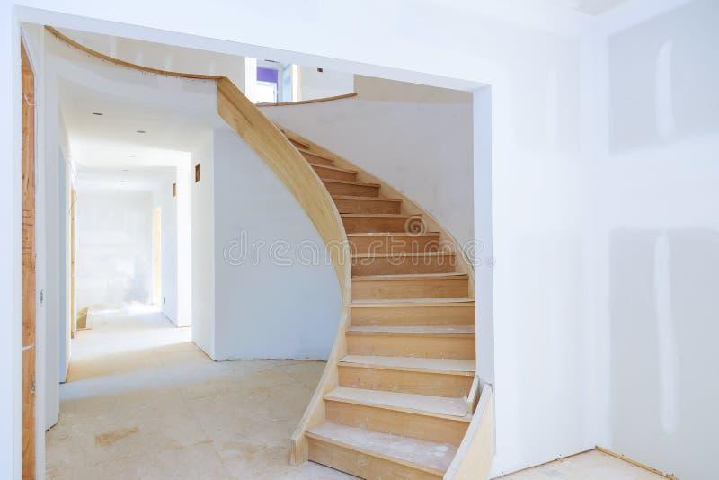 里面房子建设中未完成的被更新的客厅未完成的室墙壁  免版税图库摄影
