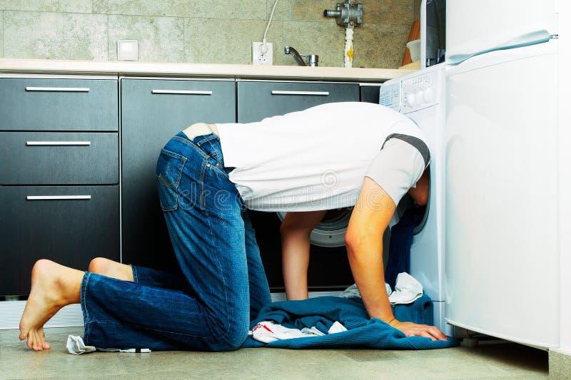 里面查找的设备人洗涤物 库存图片