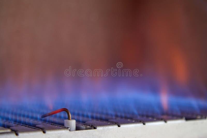 里面煤气喷燃器的蓝焰锅炉 库存图片