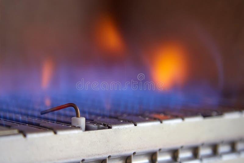 里面煤气喷燃器的蓝焰锅炉 库存照片