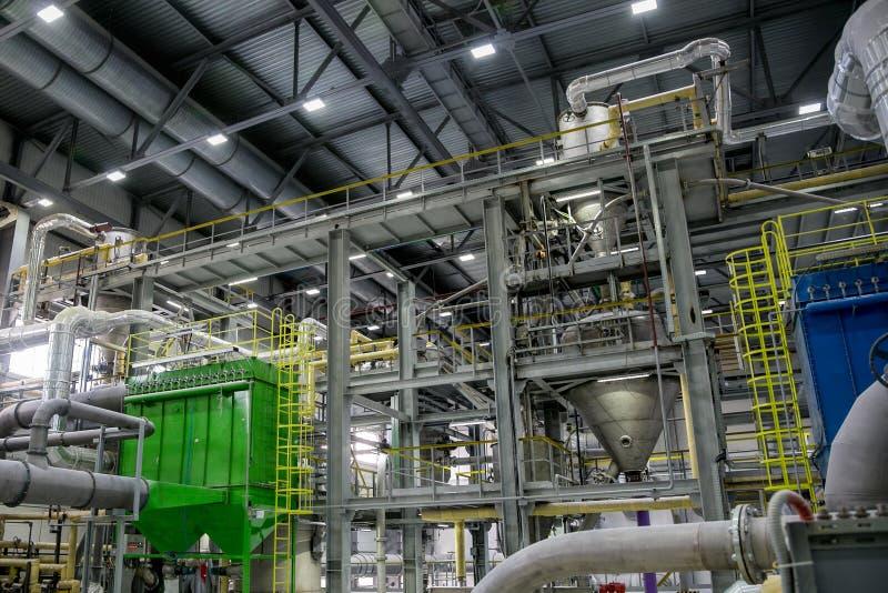 里面现代化工工厂生产线 工业设备、缆绳、大桶和管道系统 免版税库存照片