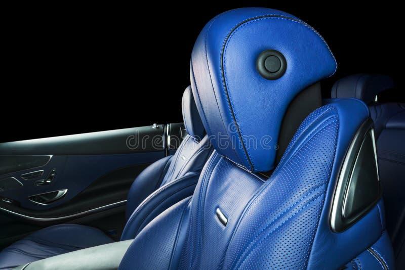 里面现代豪华汽车 声望现代汽车内部  舒适的皮革红色位子 蓝色穿孔的皮革驾驶舱 库存照片