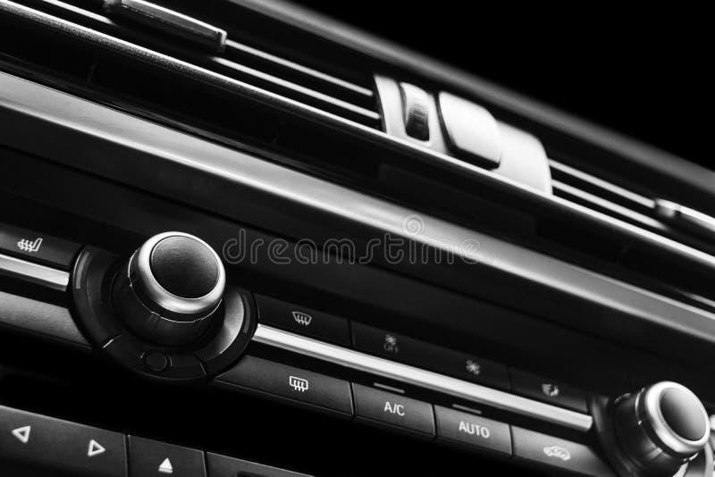 里面现代豪华跑车 声望汽车内部  染黑皮革 汽车详述 控制板 媒介、气候和航海c 免版税图库摄影