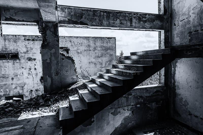 从里面的老被破坏的工厂厂房 库存图片