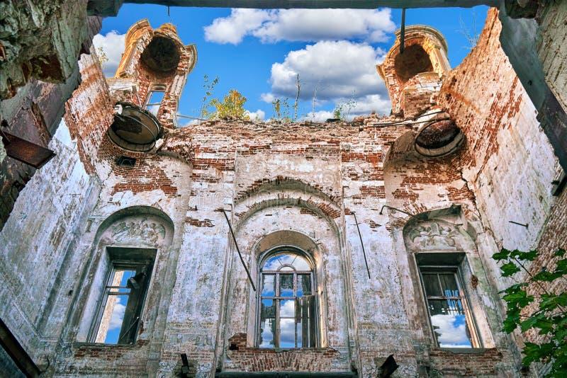 里面被放弃的被毁坏的无屋顶教会在俄国村庄 图库摄影