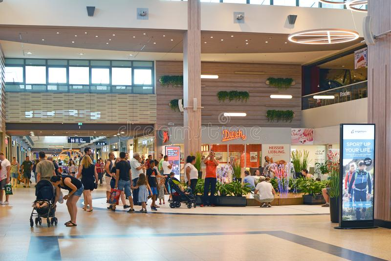 里面购物中心叫的'莱茵有人购物的内卡河Zentrum'在一忙来忙去的一天 免版税库存照片