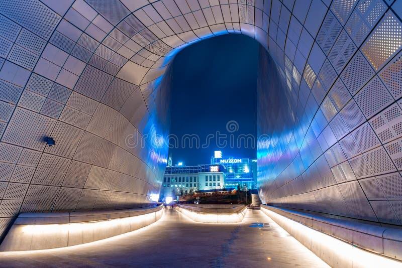 里面Dongdaemun设计广场2017年4月 图库摄影
