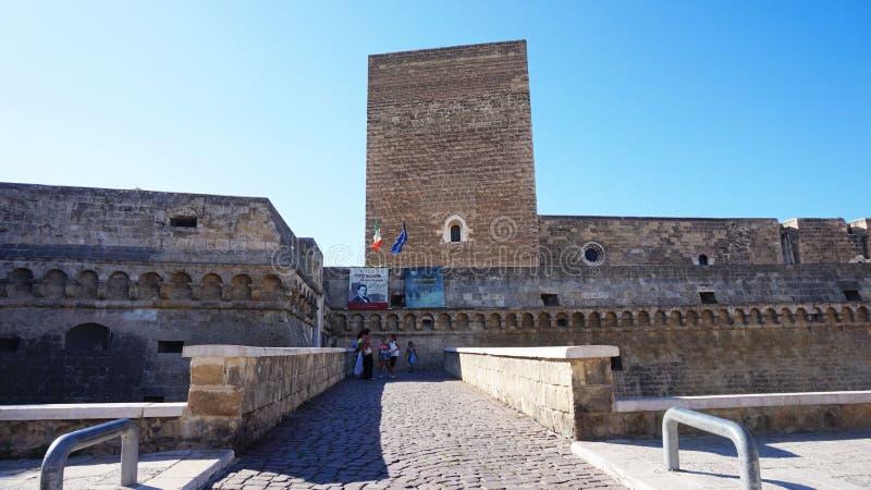 巴里,意大利- 2017年7月28日:诺曼底德国的兹瓦本地方城堡Castello normanno-svevo在巴里大城市市,普利亚,意大利入口  免版税库存图片