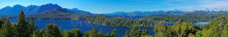 巴里洛切和它的湖,巴塔哥尼亚,阿根廷全景  免版税库存照片