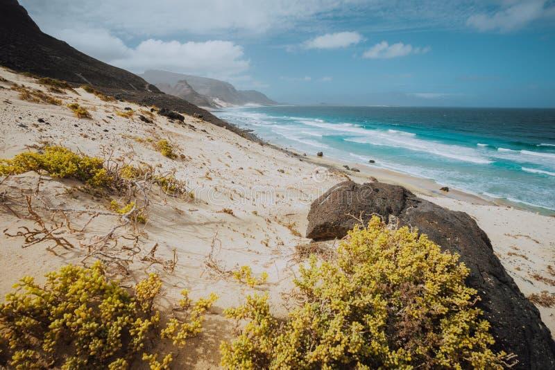 重创的普腊亚 壮观的沙丘、海浪和黑火山的石头 Calhau,圣维森特贫瘠风景  图库摄影
