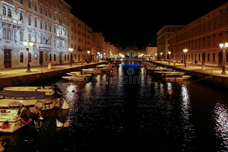 重创运河夜的视图,的里雅斯特,意大利 库存照片