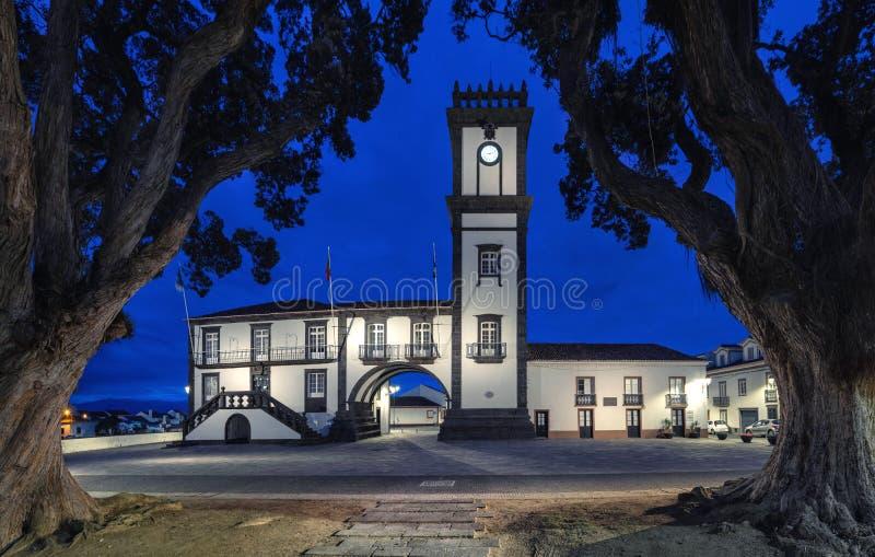 重创Ribeira的城镇厅,亚速尔群岛,葡萄牙 免版税图库摄影