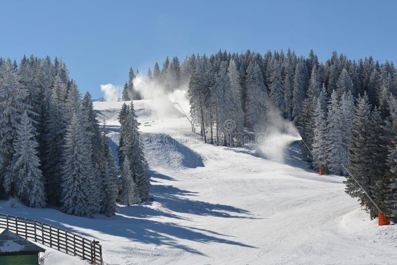 重叠滑雪倾斜与人为雪 免版税图库摄影