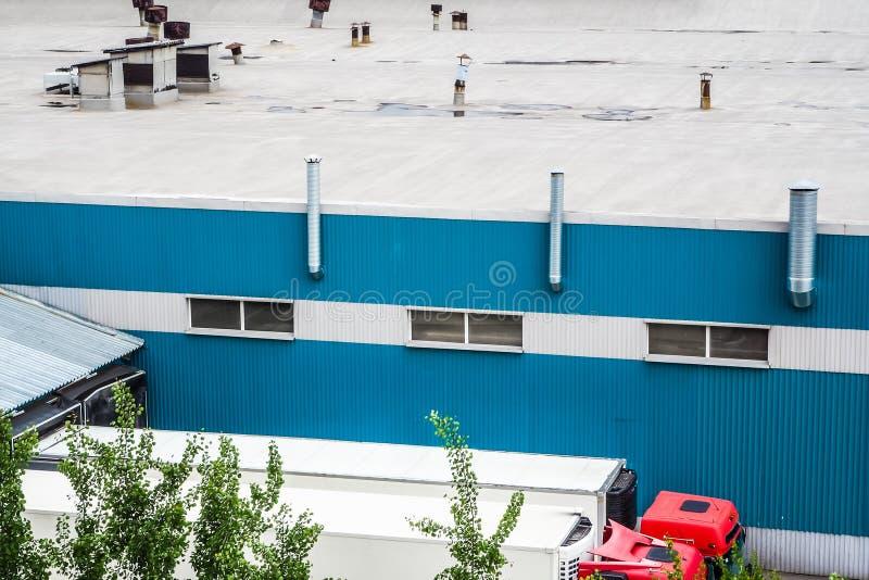 重型卡车被装载在工厂 俄国 圣彼得堡,夏天2017年 库存图片
