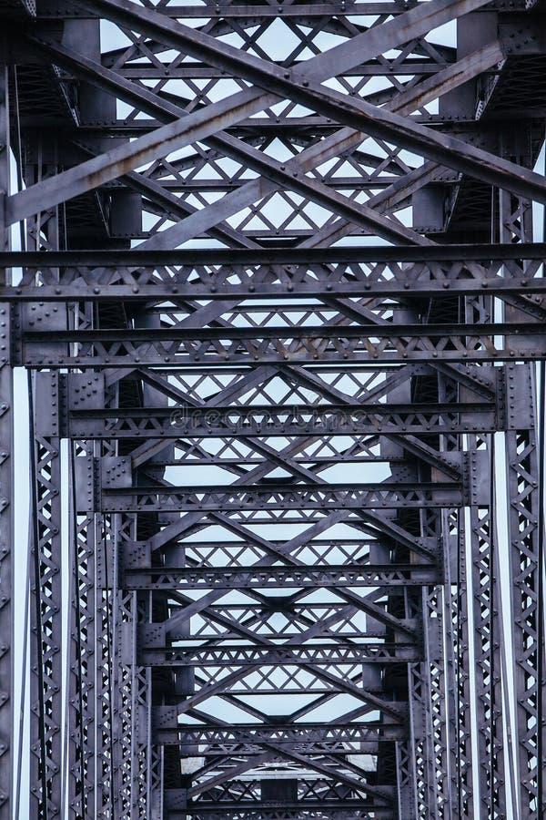 重复在钢桥梁的样式 库存照片