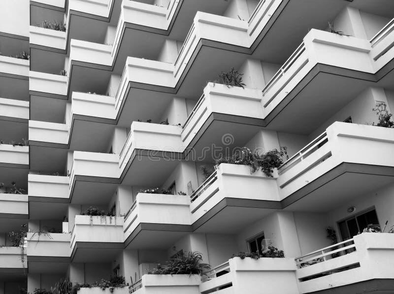 重复大现代水泥公寓的阳台的单色图象与房子植物 库存图片