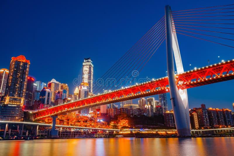 重庆DongShuiMen桥梁在晚上 免版税库存图片
