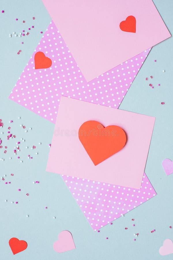 重点 与心脏和工艺纸的华伦泰卡片在蓝色背景 图库摄影